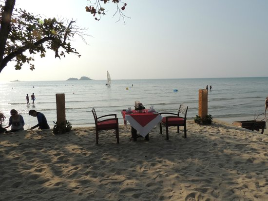 The Emerald Cove Koh Chang: Table for romantic dinner on the beach