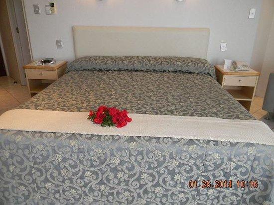 Muri Beach Club Hotel : Welcome flowers on bed