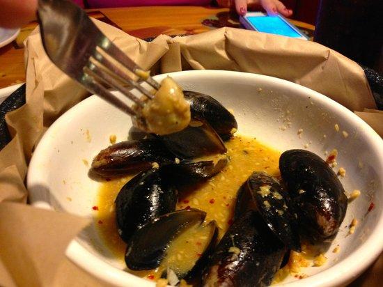 Joe's Crab Shack: Garlicky mussels.
