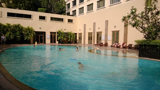 Novotel Bangkok on Siam Square : Hotel pool, clean, full of sunlight.