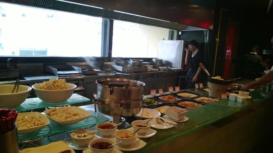 Novotel Bangkok on Siam Square : Hot dishes are (they cook right behind the table)