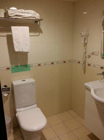 Go Sleep Hotel - Xining : View inside the room (Bathroom)
