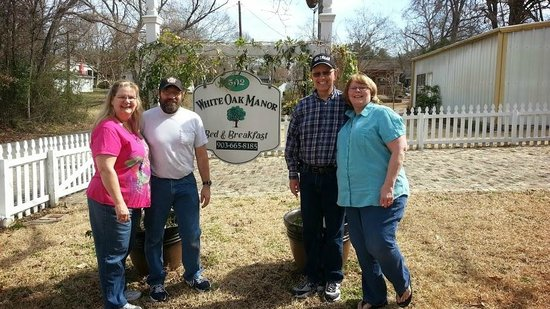 White Oak Manor Bed and Breakfast: My wife and I on the right with Dave and Tammy (Owners)