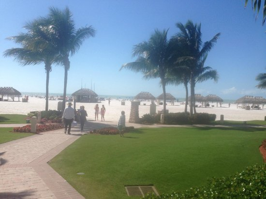 JW Marriott Marco Island Beach Resort : Walking out to the beach