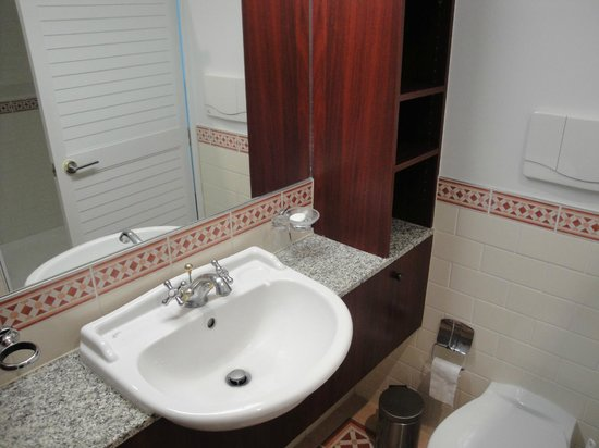 Auckland Waterfront Serviced Apartments: Small but modern and clean bathroom