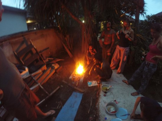 Black Sand Homestay : BBQ the fish