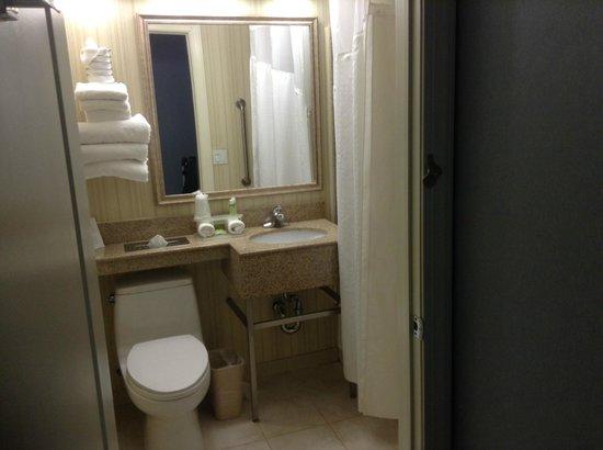 Holiday Inn Express LaGuardia Airport: Bathroom