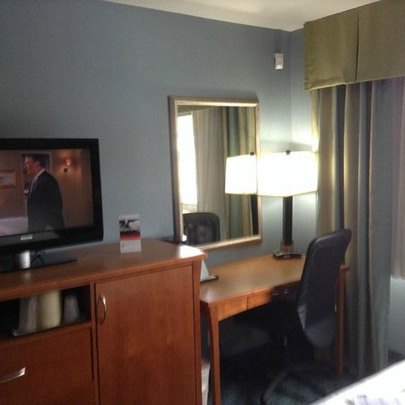 Holiday Inn Express LaGuardia Airport: Desk and TV