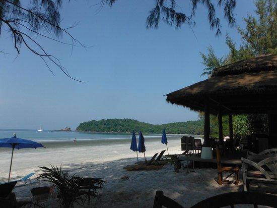 Phayam Lodge: View of Bubble bar and beach