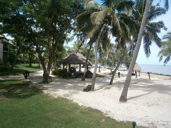 Sonaisali Island Resort Fiji: Garden and Beach area between the Beach Bure's