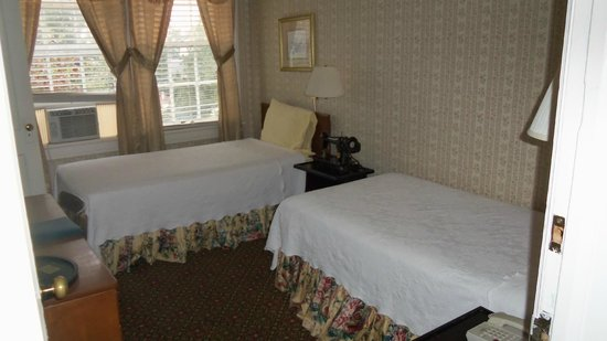 New Perry Hotel: roon with twin beds