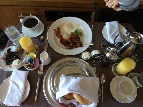 Hotel Vitale, a Joie de Vivre hotel: Breakfast in bed