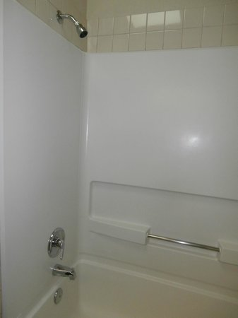 La Quinta Inn & Suites Wichita Airport: Bathroom - Tub with Shower