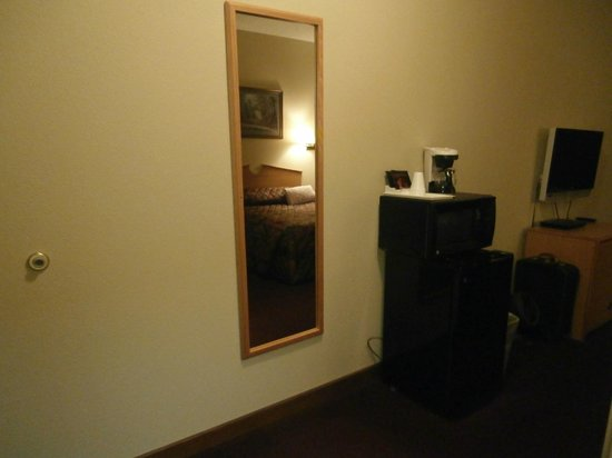 La Quinta Inn & Suites Wichita Airport: Refrigerator & Microwave