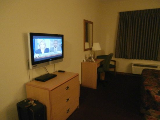 La Quinta Inn & Suites Wichita Airport: TV, dresser & Desk