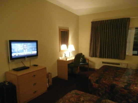 La Quinta Inn & Suites Wichita Airport: Room with TV and desk