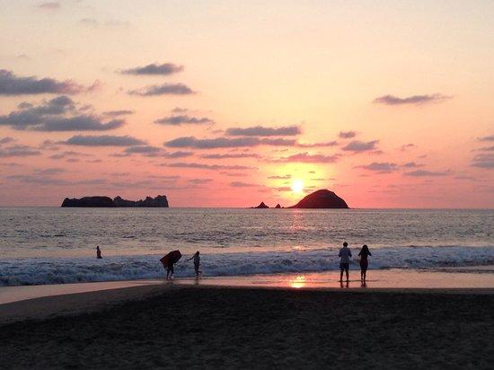 Holiday Inn Resort Ixtapa : Sunset from the beach at the Presidente