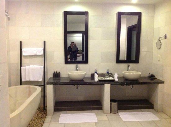 Vedana Lagoon Resort & Spa: Bathroom...was huge