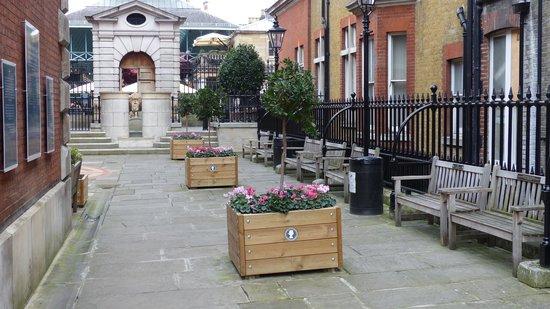 St. Paul's Church (The Actors' Church) : St. Paul's Church garden at Covent Garden