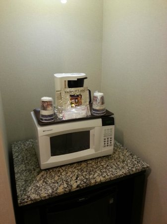 Best Western Plus Marina Gateway Hotel: Coffee and microwave
