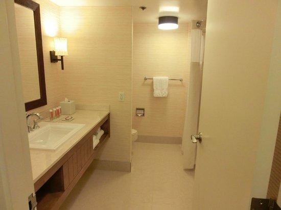 Tropicana Las Vegas - A DoubleTree by Hilton Hotel : Huge bath room