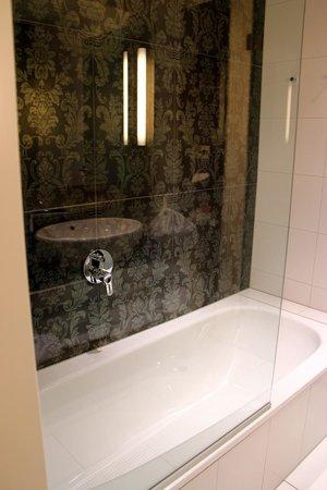 Steigenberger Hotel Herrenhof Wien: Modern and spacious bathroom