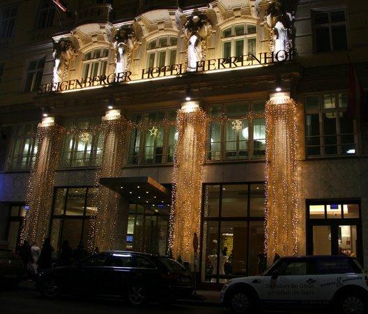Steigenberger Hotel Herrenhof Wien: Hotel entrance covered in Christmas lights