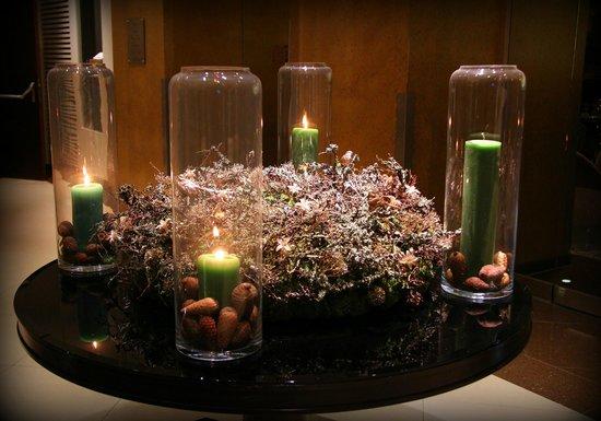 Steigenberger Hotel Herrenhof Wien: Candles in the Advent Wreath in the hotel foyer