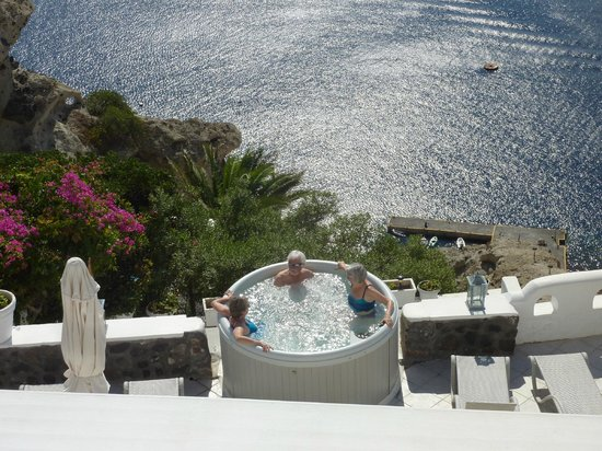 Filotera Suites: relaxing in the pool