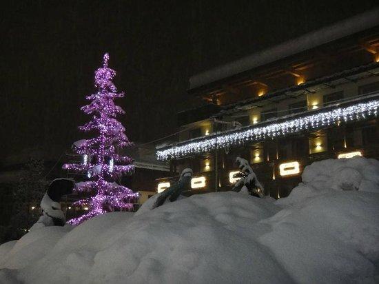 Grand Hotel Savoia: Ёлка у отеля