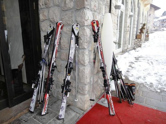 Grand Hotel Savoia: Лыжи у отеля