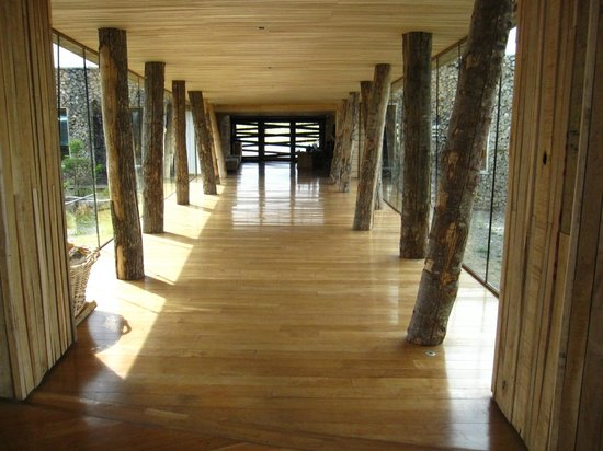 Tierra Patagonia Hotel & Spa : View of hallway looking toward front reception area