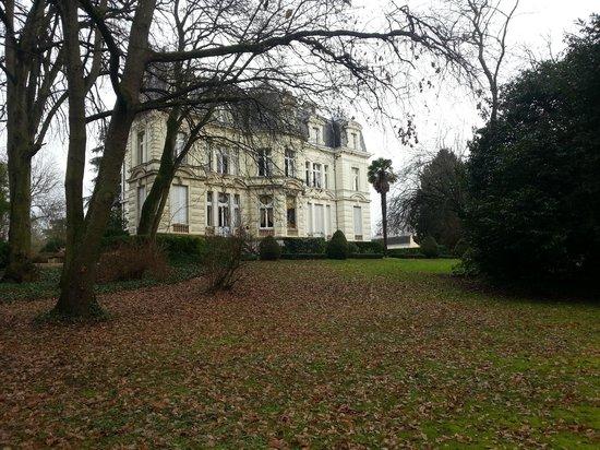Chateau De Verrieres : 从花园看过去的酒店,满是落叶的小径