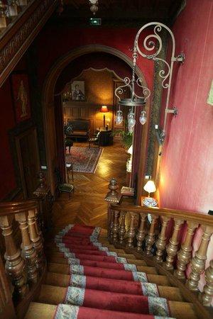 Chateau de Verriéres : 楼梯间,挂毯、彩绘玻璃、木雕的狮子柱头、古老的吊灯