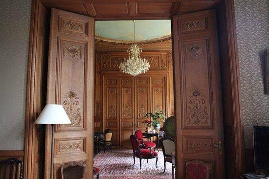 Chateau de Verriéres : 古老的有味道的客厅,木雕的乐器图案,音箱里传来的是轻轻的歌剧的声音
