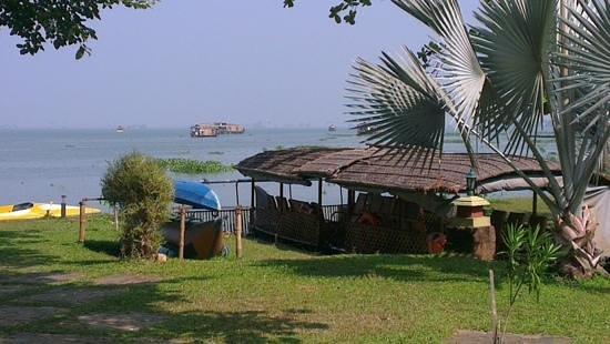 Punnamada Resort: lakeside view