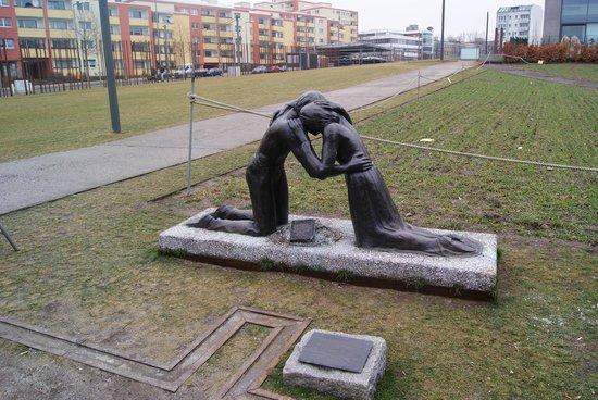 Mauermuseum - Checkpoint Charlie: Statue sponsored by richard branson