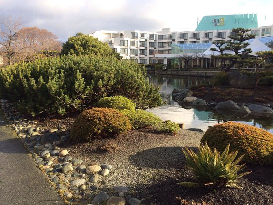 Inn at Laurel Point : Public side of Japanese Garden