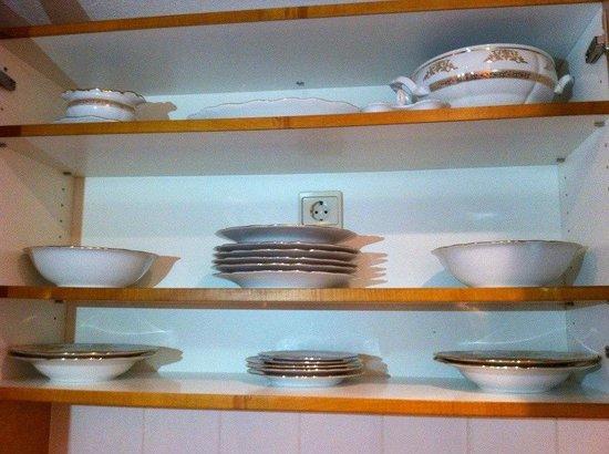 Park Inn Veliky Novgorod: Посуда на кухонке, где,кстати, старая электроплита