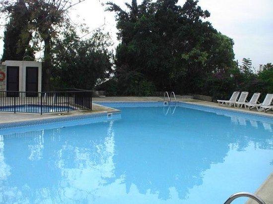 Hilltop Gardens Hotel Apartments : Вид на бассейн
