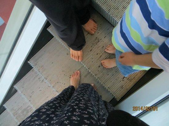Mandalay Hill: bare feet on elevator