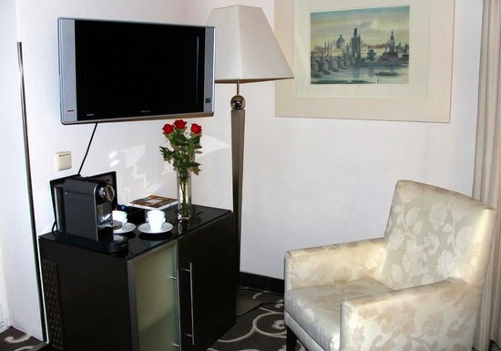 Grand Hotel Bohemia : Nespresso machine and roses in room