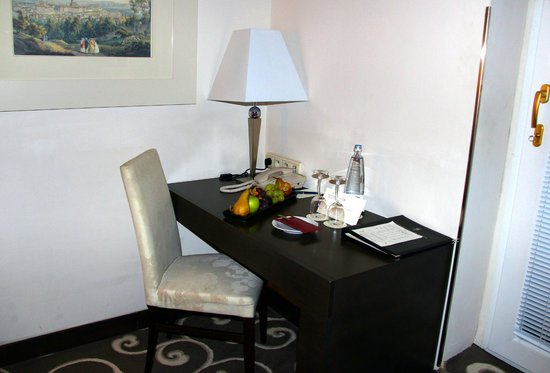Grand Hotel Bohemia: Writing desk with complimentary fruit