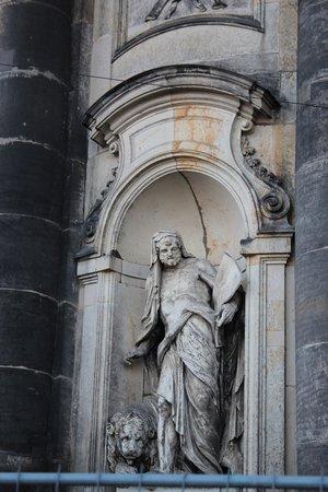 Katholische Hofkirche - Dresden: Статуи работы Маттиелли