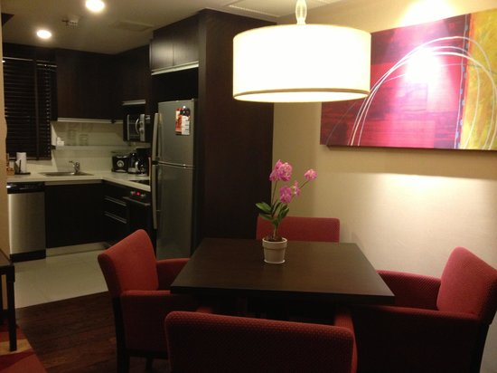Sathorn Vista, Bangkok - Marriott Executive Apartments : dining table and kitchen