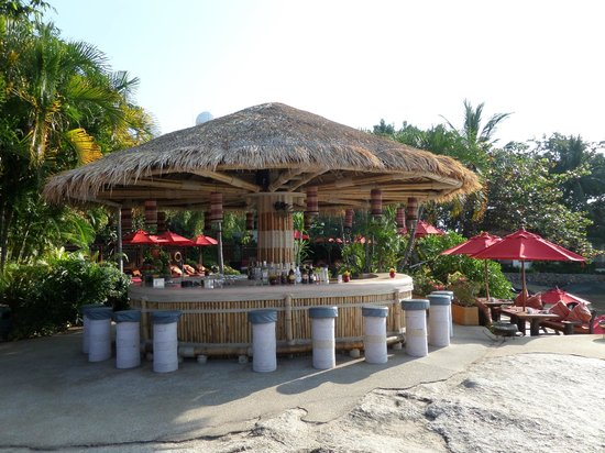 Rocky's Boutique Resort: bar area