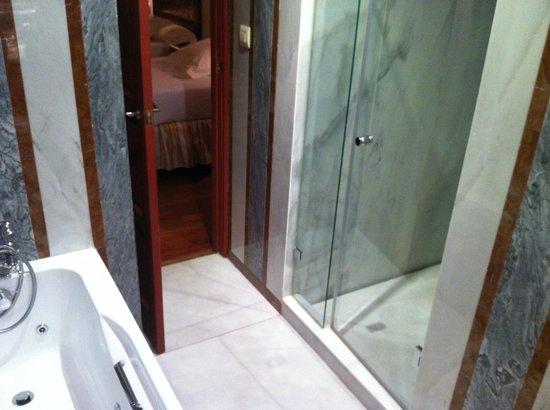 Las Casas de La Juderia : shower cabin room 12