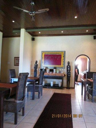 Abangane Guest Lodge: Ontbijt staat geserveerd achter rechts