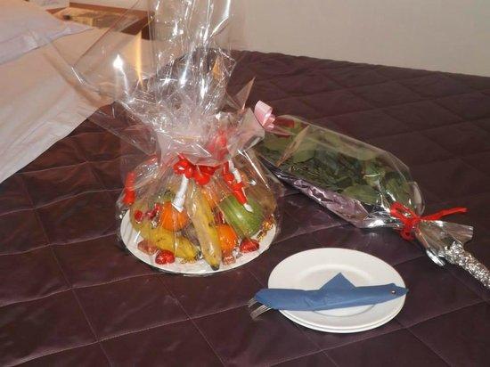 Hotel Fiera: mmm frutta e la mia rosa rossa