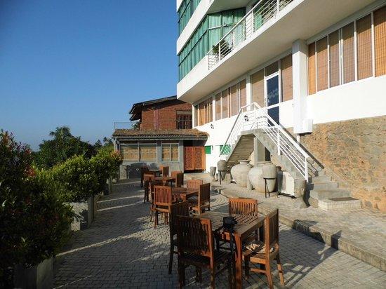 Amaara Sky Hotel Kandy: Dining terrace